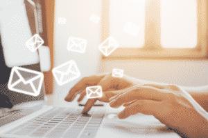 clavier d'ordinateur et enveloppes qui volent